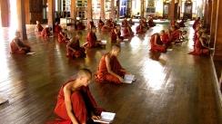 monjes budistas en la escuela, myanmar