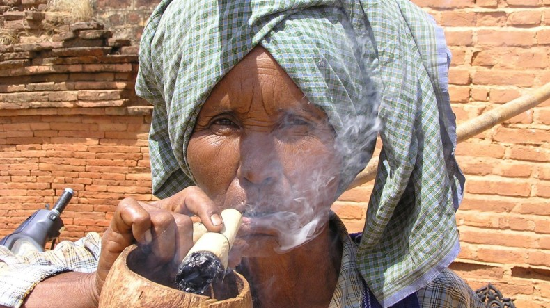 Mujer fumadora Myanmar