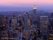 manhattan de noche vistos dese el top of the rock en el rockefeller center. new york