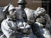 durmientes.estatuas humanas en las ramblas de barcelona