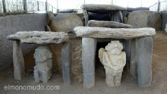estatuas en tumbas. parque arqueologico de san agustin. colombia