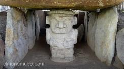 estatua en tumba. parque arqueologico de san agustin. colombia