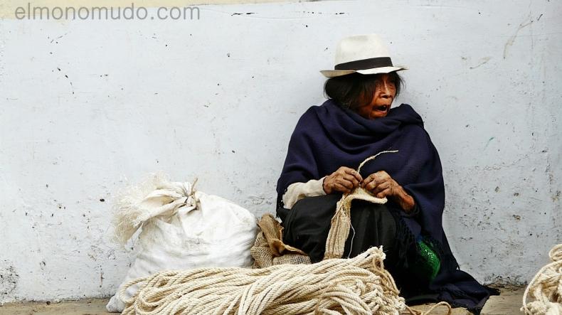 anciana vendedora de cuerdas de esparto en silvia colombia