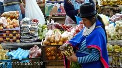 india guambiana comprando fruta  en el mercado de silvia.colombia