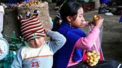 jovenes indios guambianos en el mercado de silvia.colombia