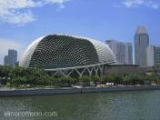 La Esplanade, centro artistico, junto al rio Singapur.