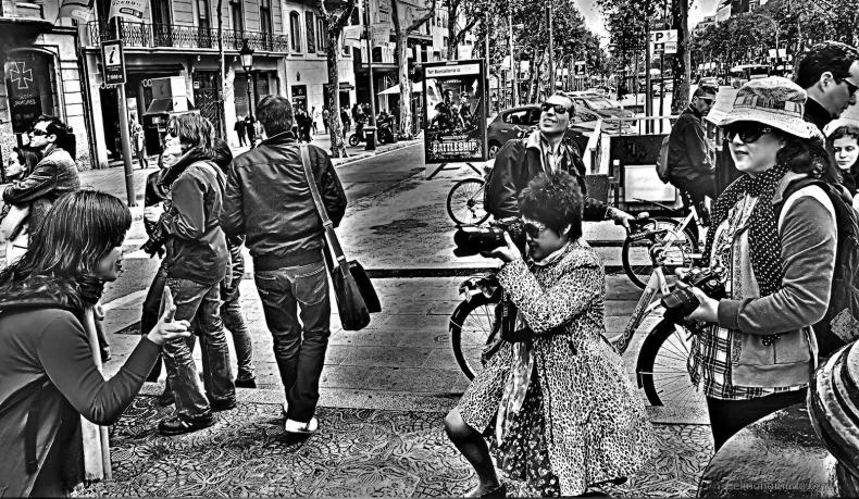 turistas-en-barcelona-extasiados-por-el-edificio-de-la-pedrera-de-gaudi-1600x929
