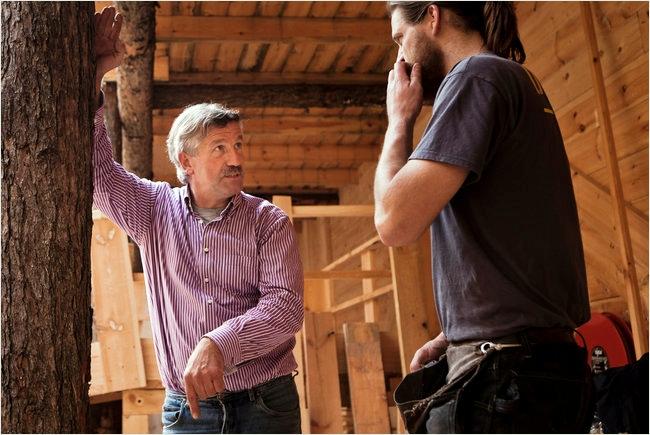 Mr. Huibers hablando con un trabajador en el arca