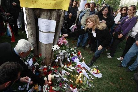 flores en el lugar del suicidio del jubilado griego