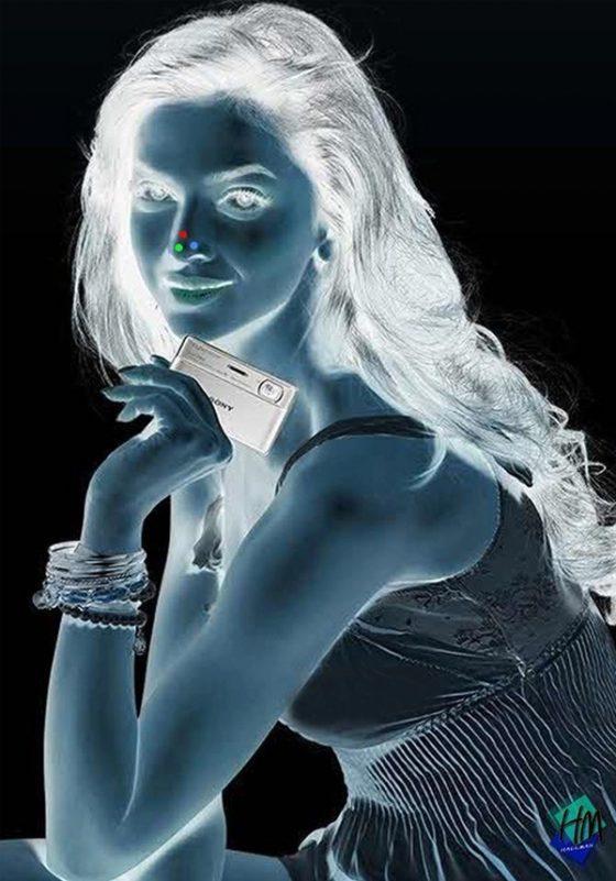 negativo de foto de chica con punto rojo en la nariz