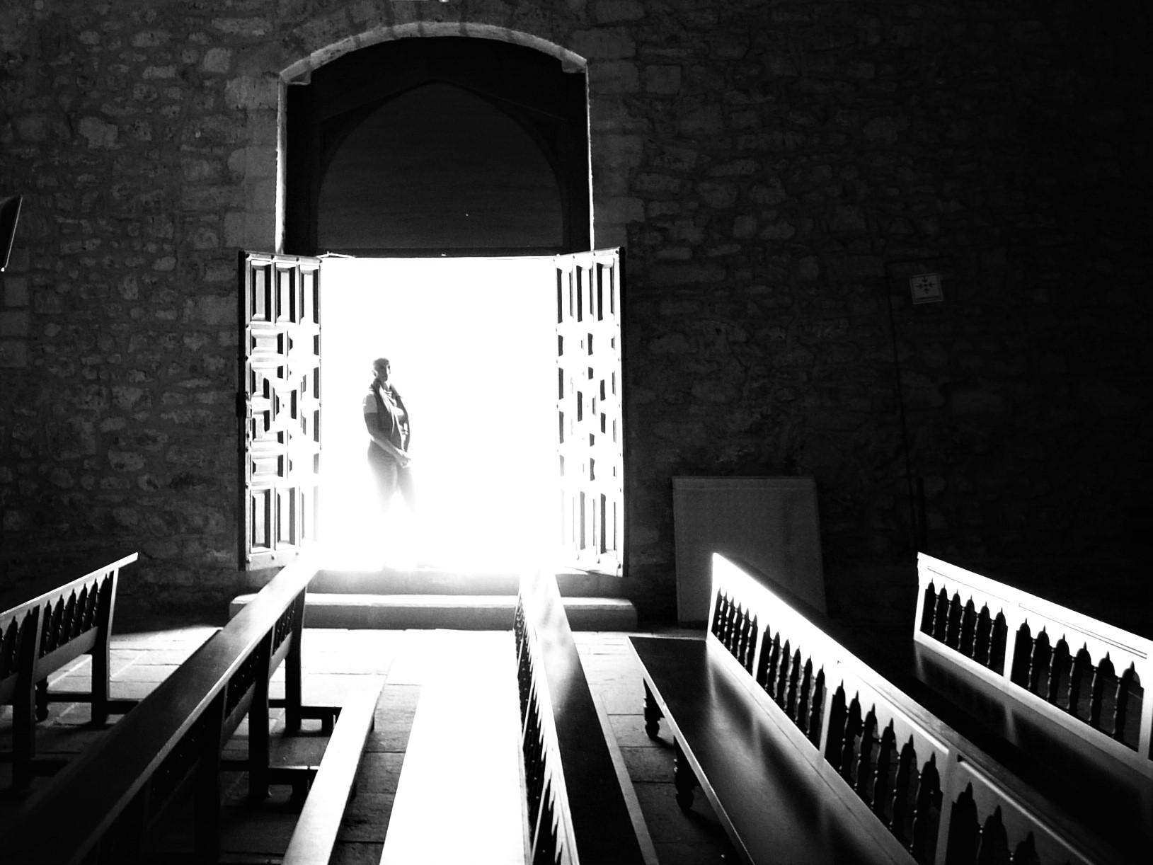 extraña presencia en la puerta de una iglesia de asturias